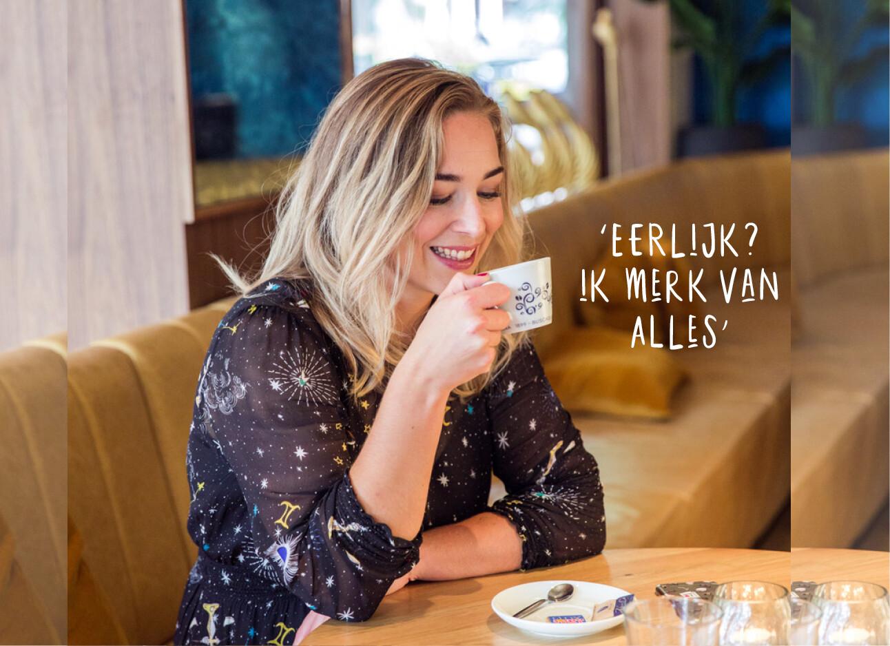 adeline drinkt koffie in een restaurant