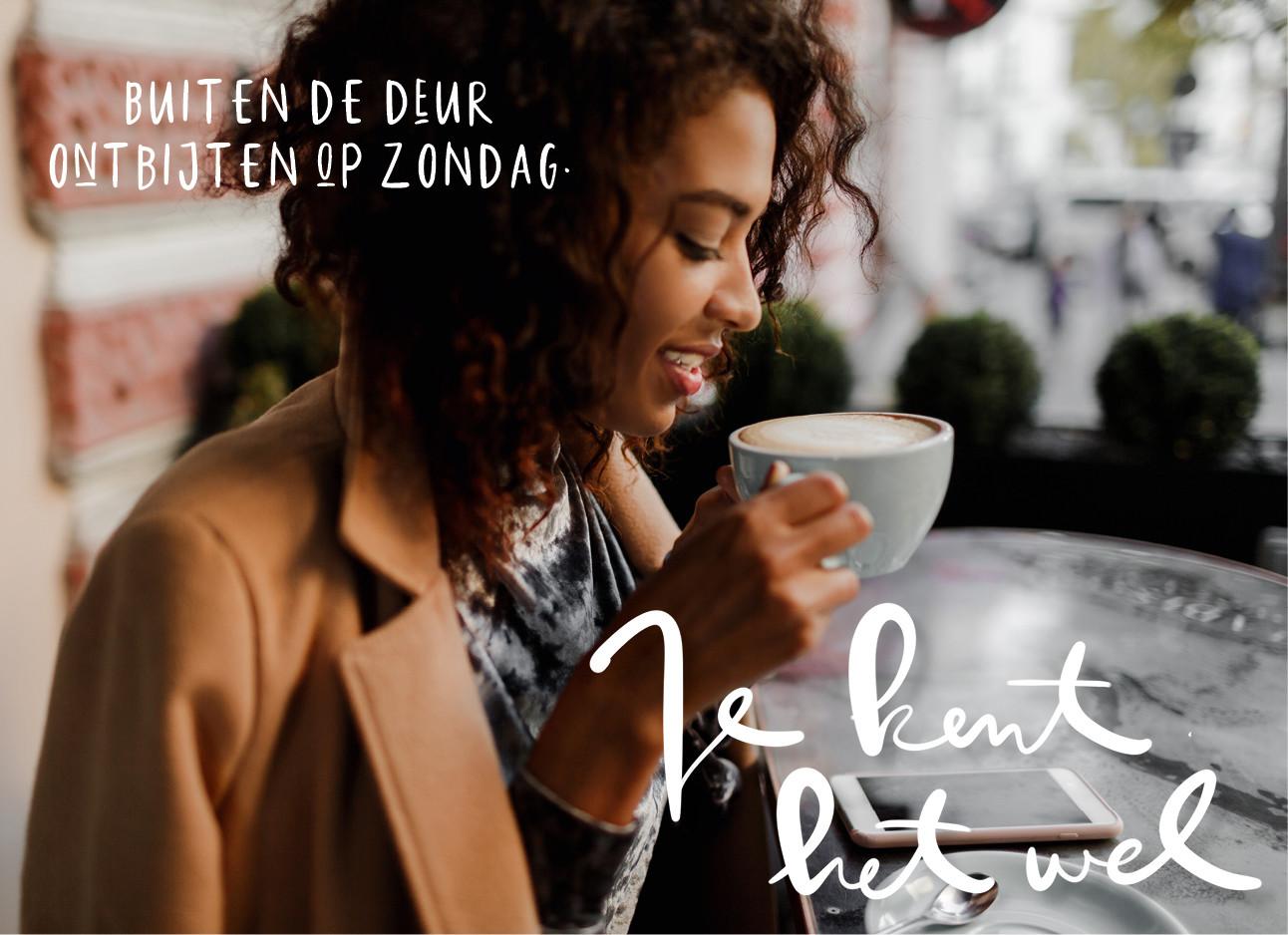 een meisje dat koffie drinkt in een cafe