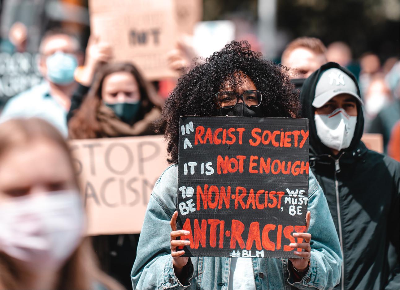 vrouw bij een protest Black lives matter