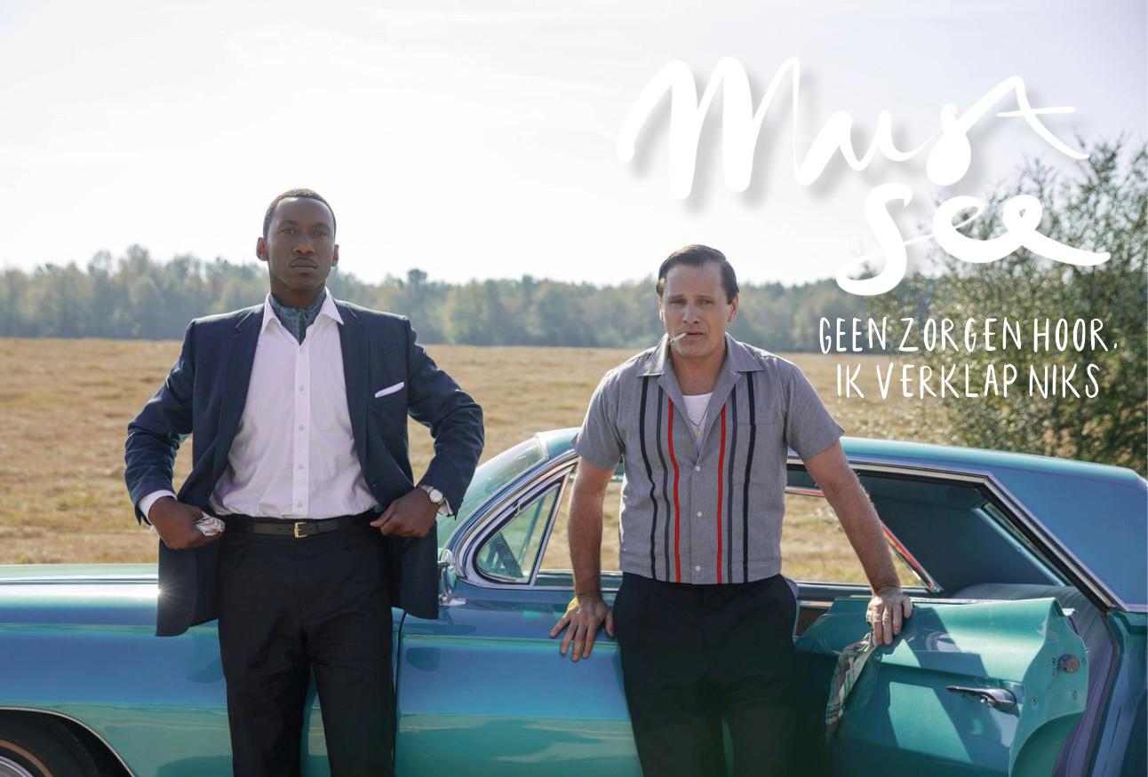 2 hoofdrolspelers van de greenbook voor een blauwe auto