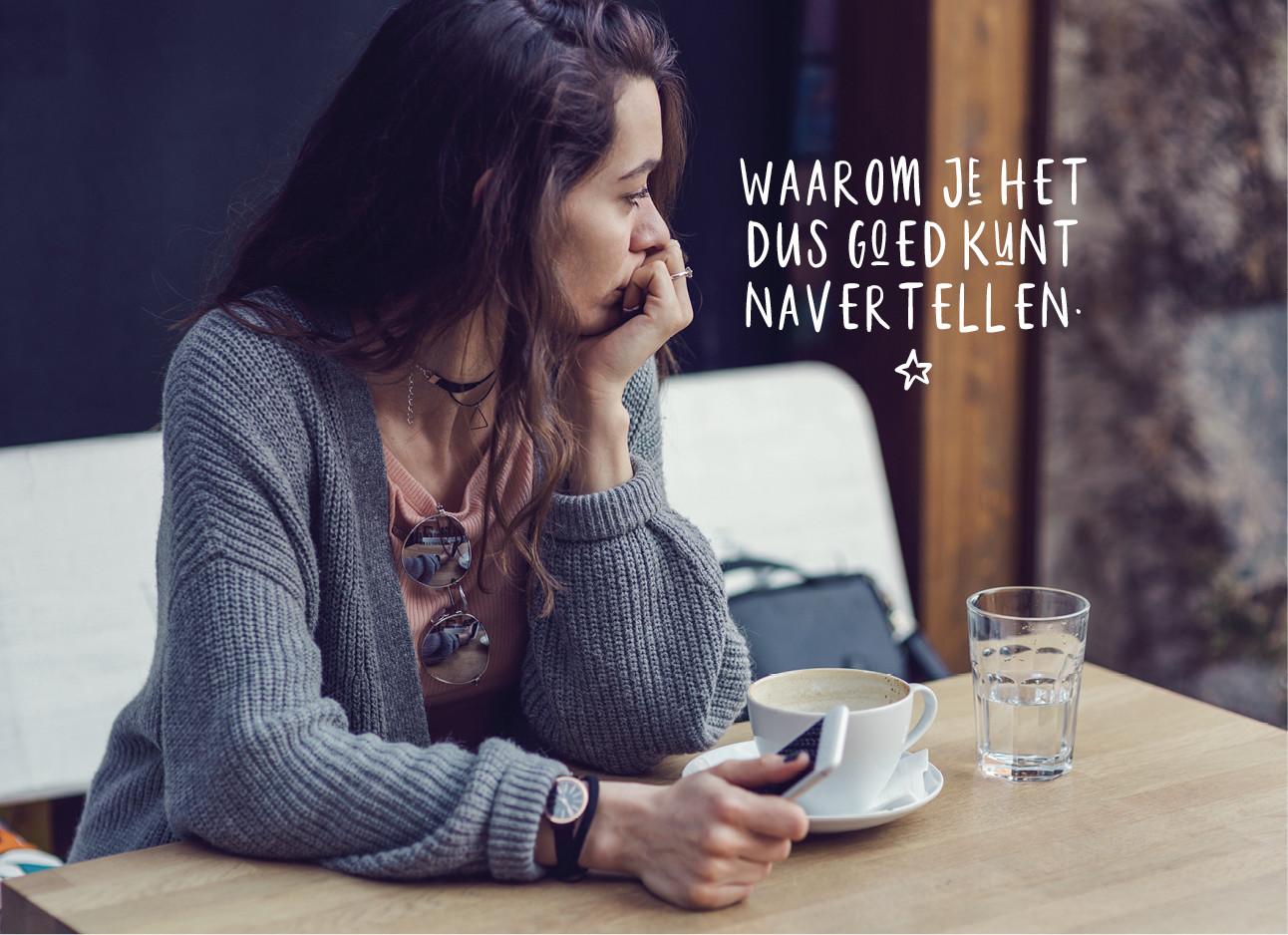 Meisje dat verdrietig wegkijkt van haar telefoon in een grijs vest