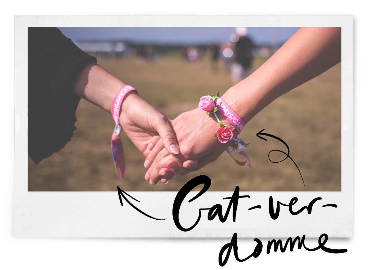 hand in hand lopen met festivalbandjes