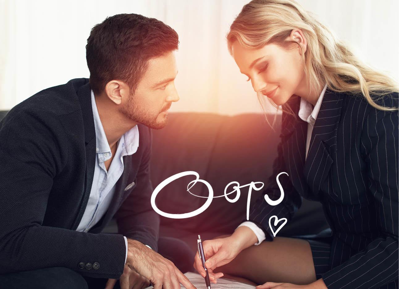 mannelijke en vrouwelijke collega's flirten tijdens werken