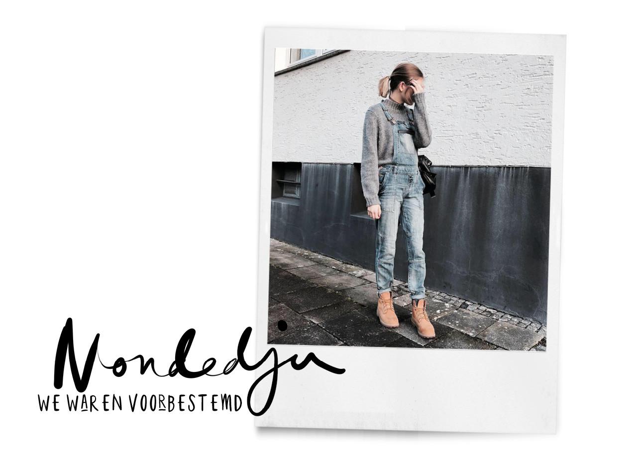 Vrouwen draagt tImberlands op straat lachend in een spijkerpak