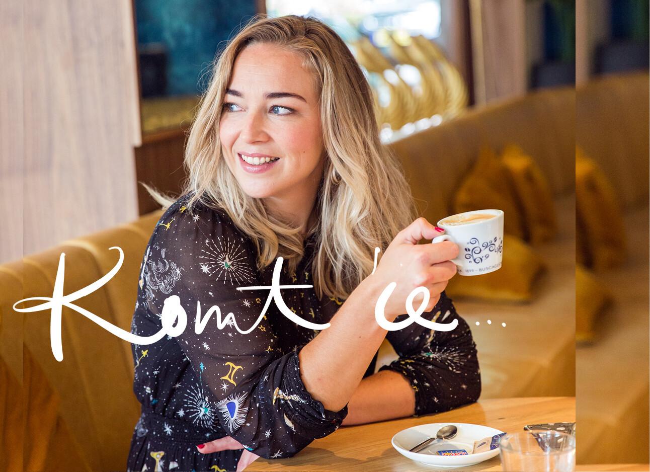 adeline met een kop koffie
