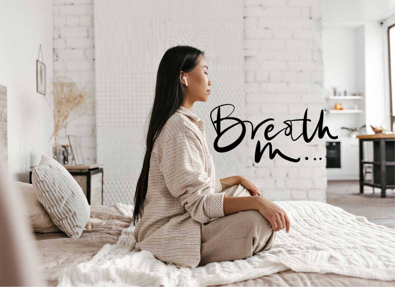 vrouw op bed rustig yoga