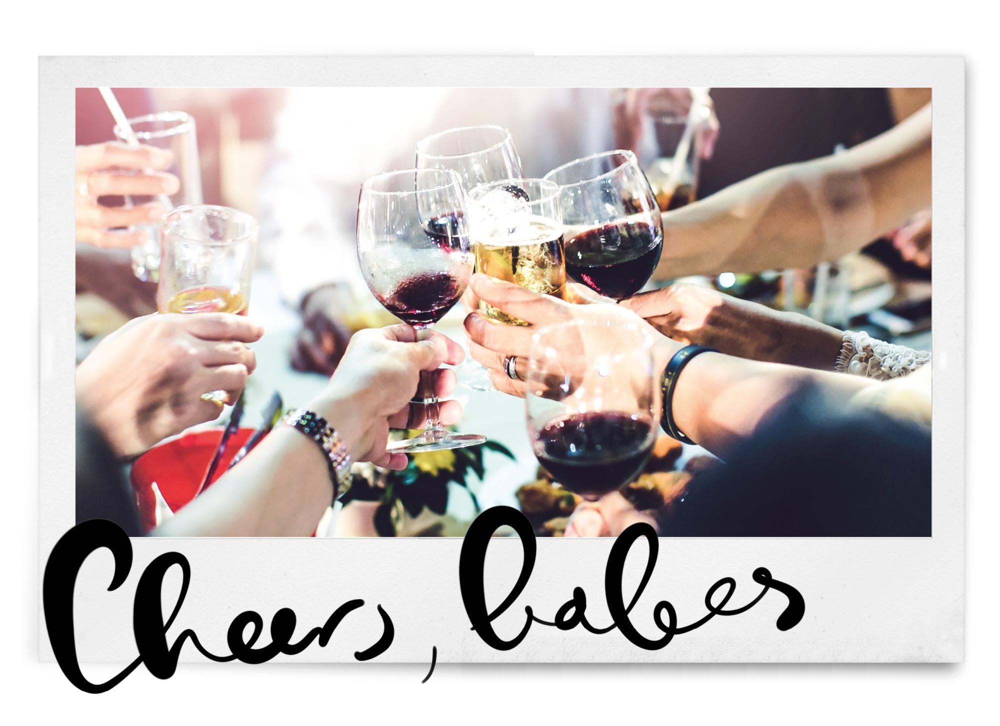 cheers met wijnglazen en vrienden