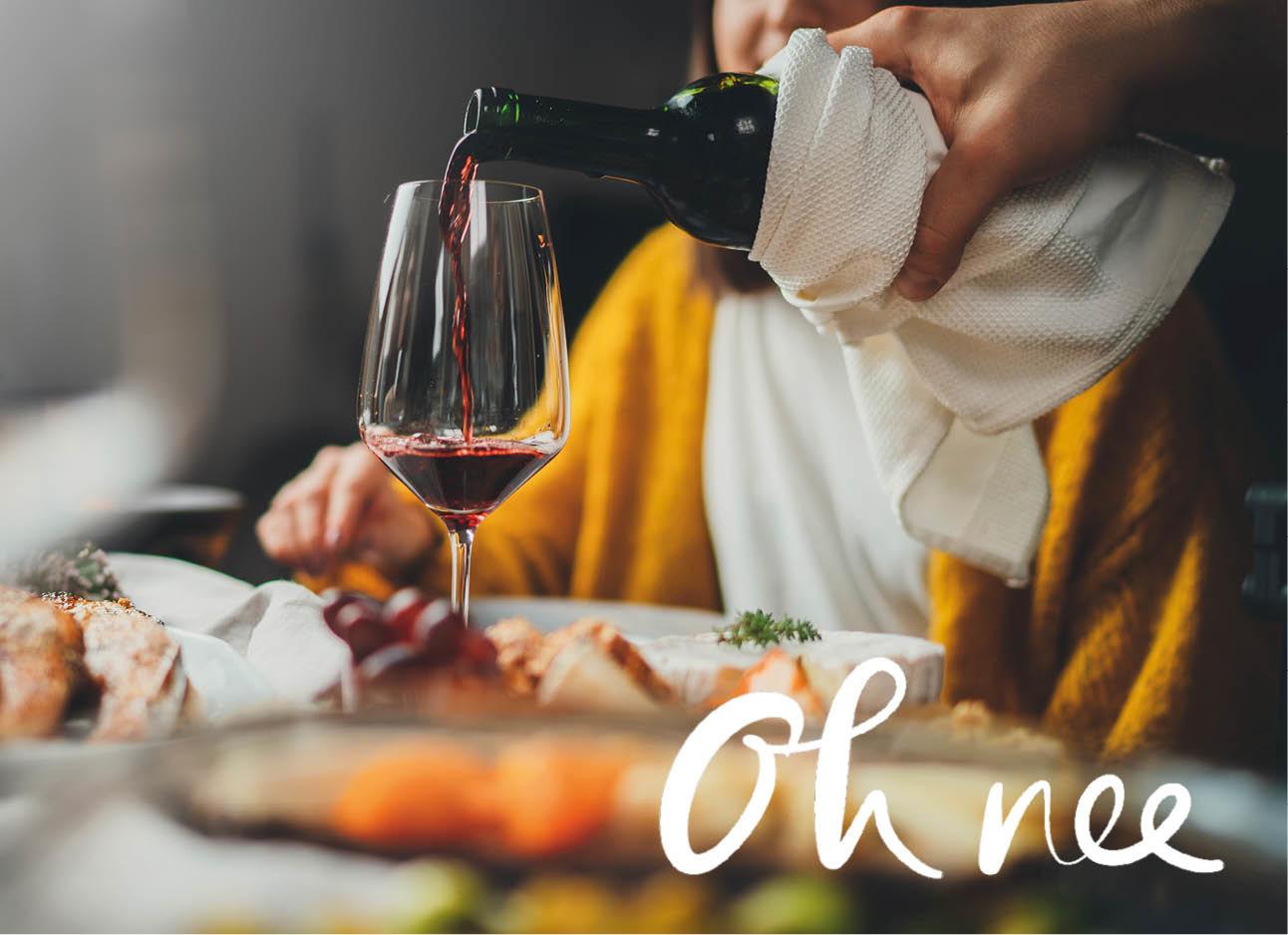 Gedekte tafel en een glas rode wijn