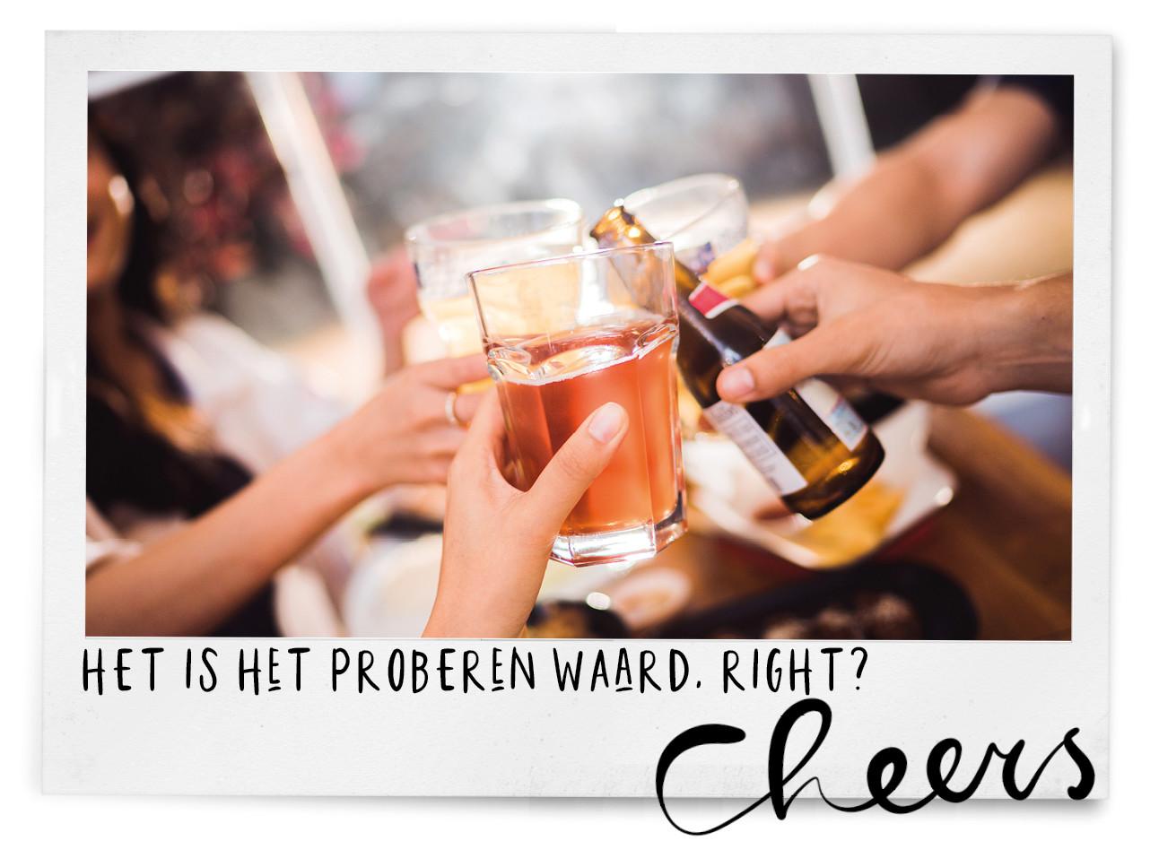 groep vrienden proosten met een biertje, het is het proberen waard, right, cheers