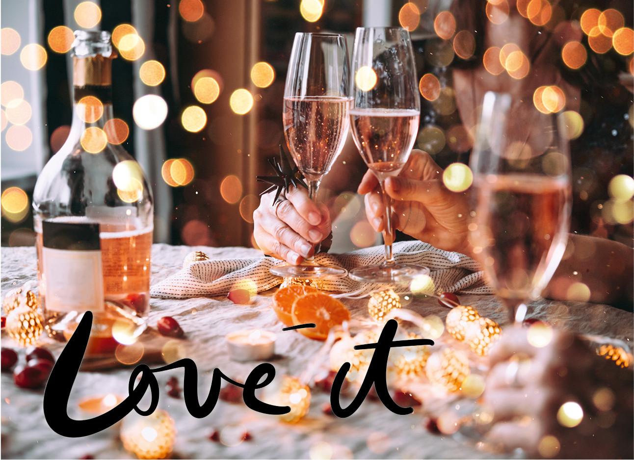 een tafel vol met lichtjes en wijn glazen