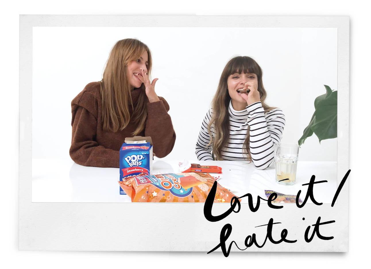 Kiki en lil die lachend aan tafel zitten met om zih geen zakken snoep