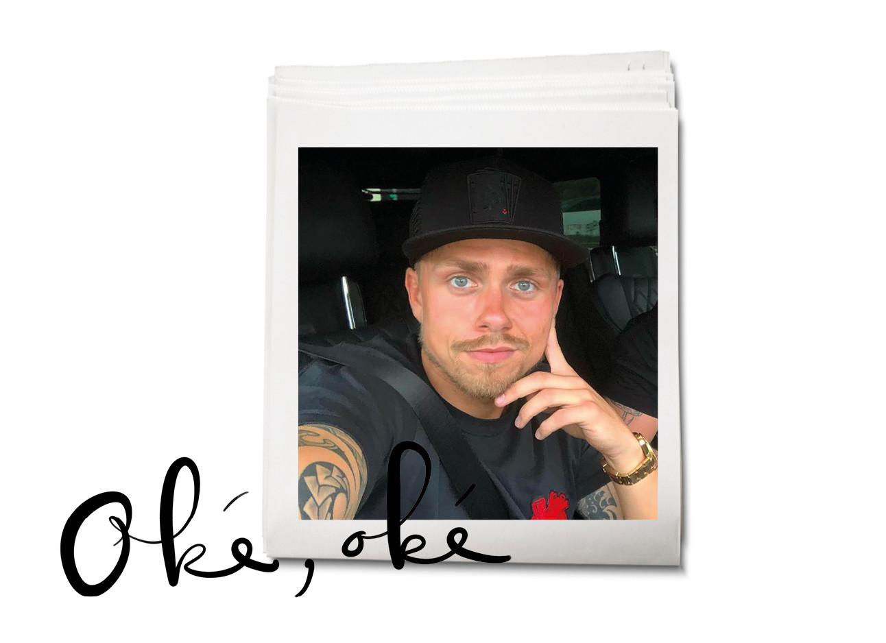 Andre hazes die in een auto zit en een selfie maakt