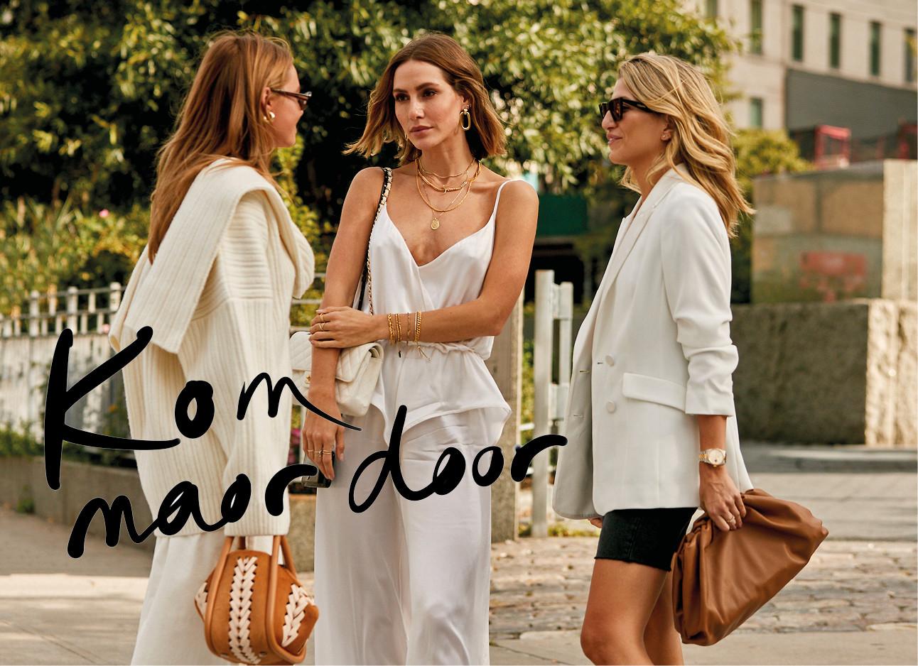 Meiden die in newyork in witte kleding buiten staan