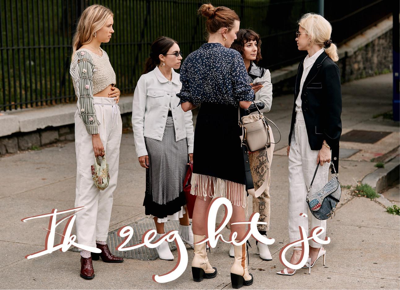 een groepje meiden die samen staan te praten