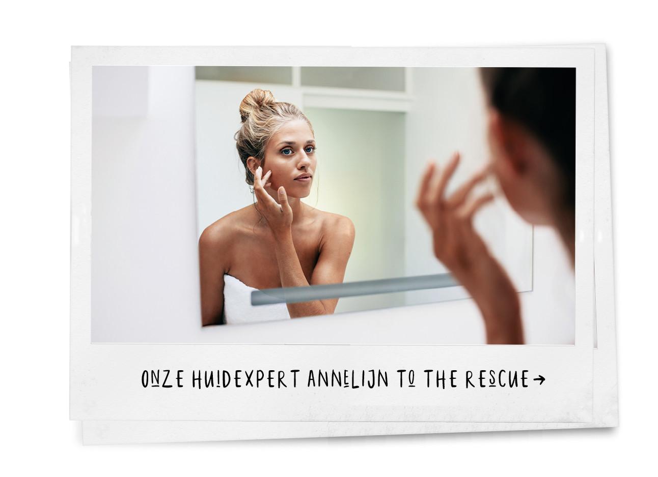 vrouw kijkend in de spiegel en zit aan haar gezicht met een handdoek