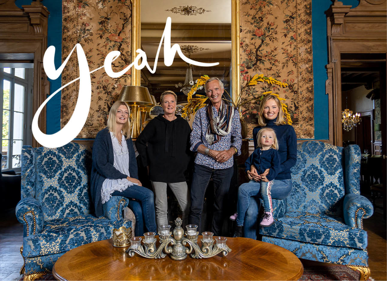 Familie Meiland in een kamer op de bank