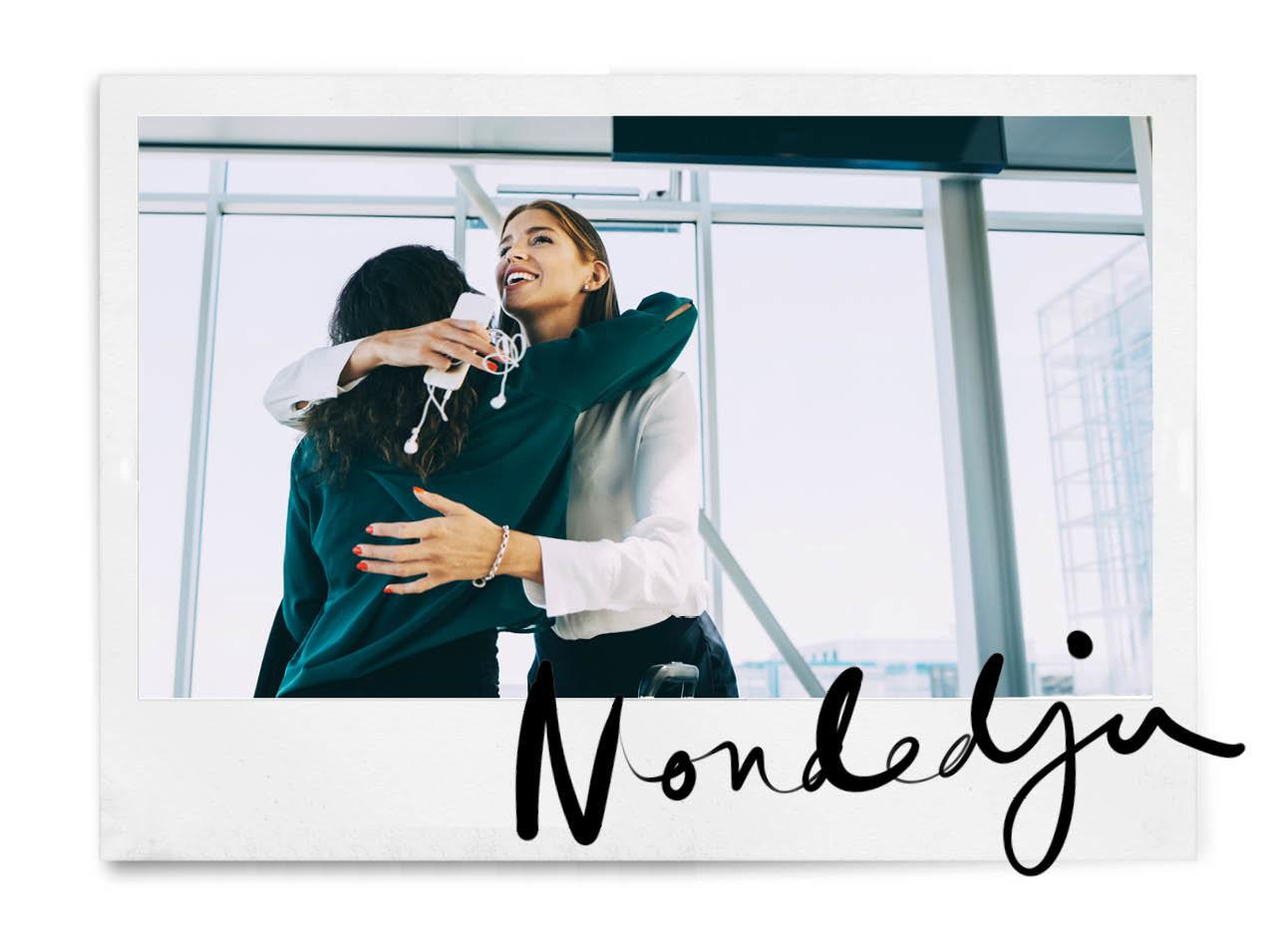 Vrouwen knuffelen op werk