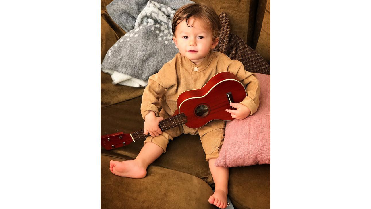 baby otis met een gitaar in zijn hand op de bank