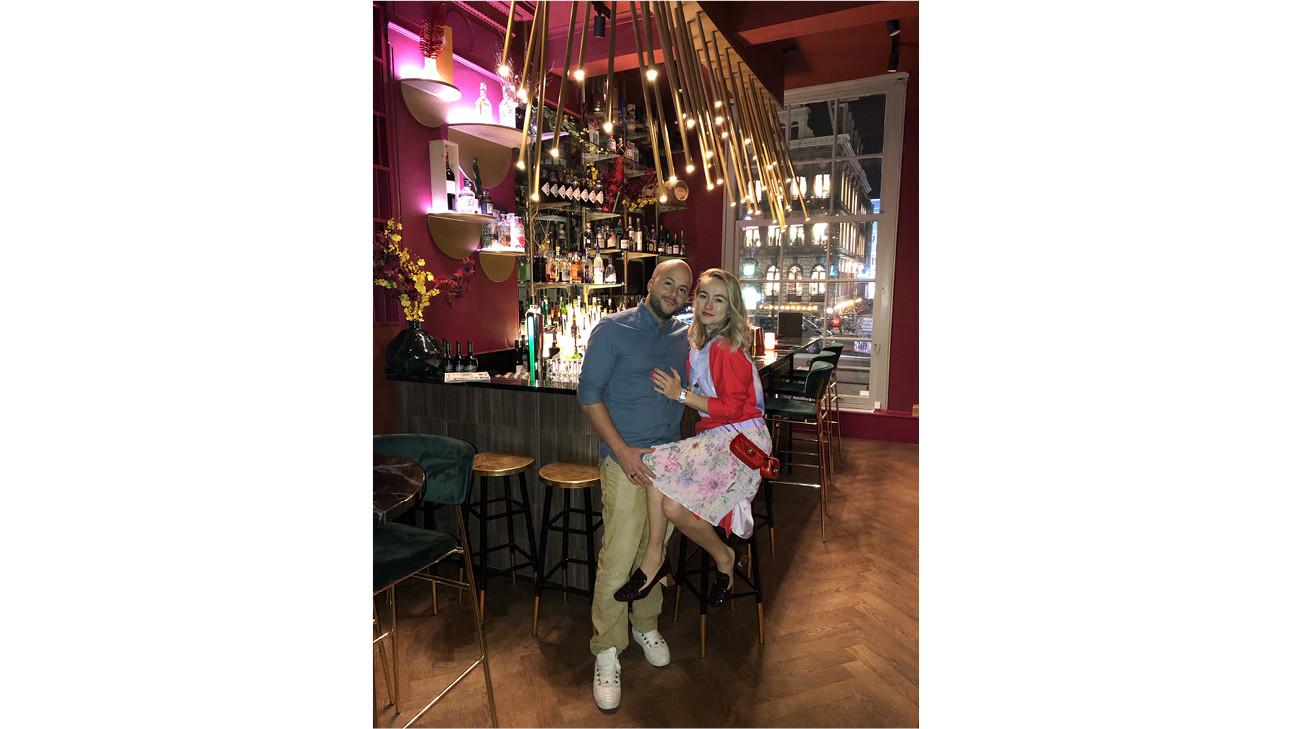 carolien en man in een restaurant aan de bar