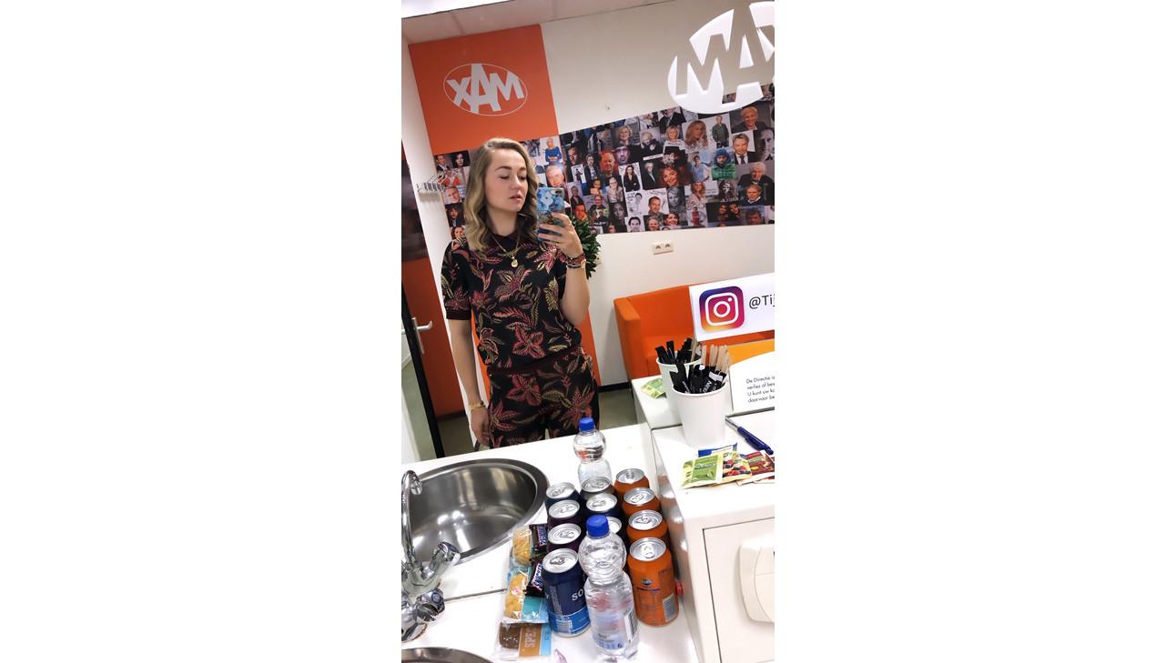 Carolien spoor bij omroep max in de kleedkamer