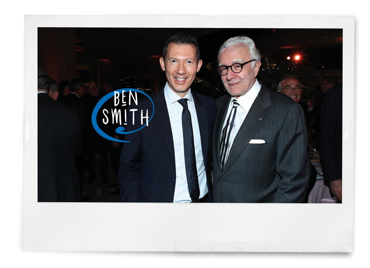 Beste Ben Smith lachend in een pak bij een diner in paris