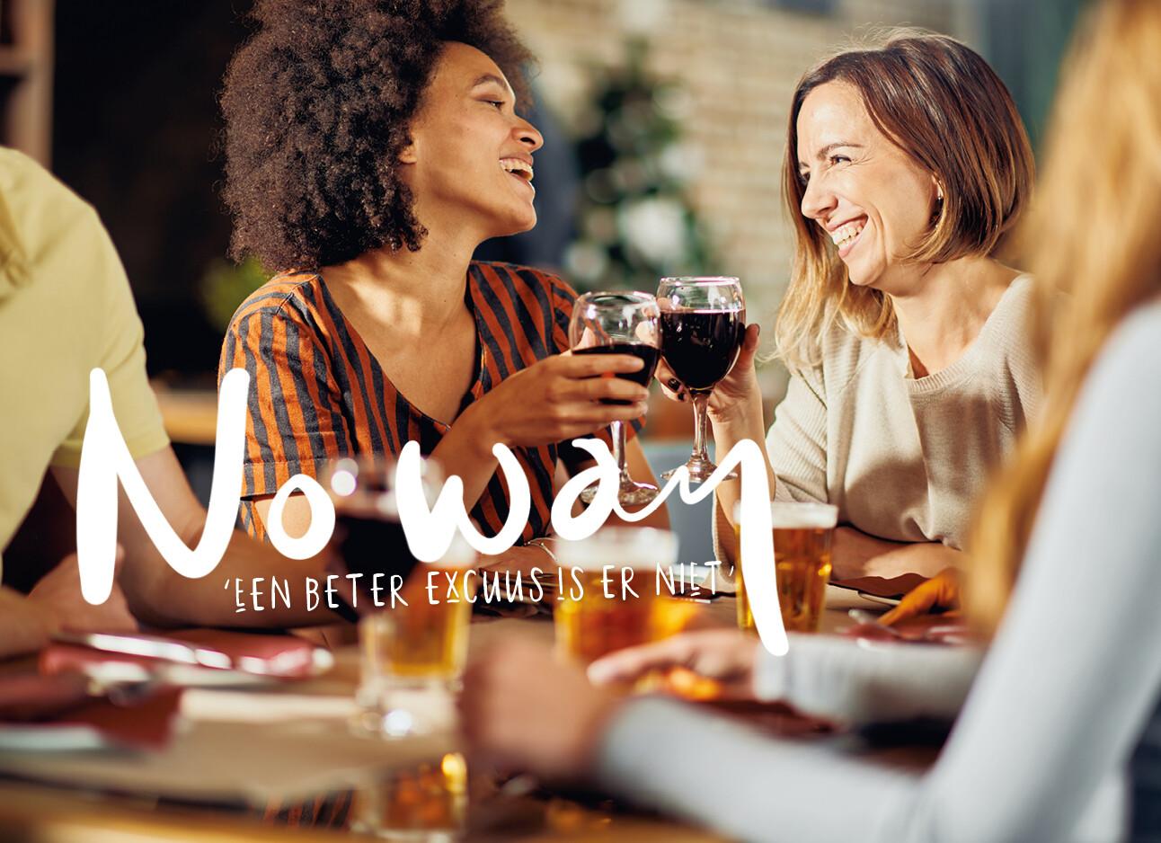 vrouwen drinken met elkaar een wijntje en biertje