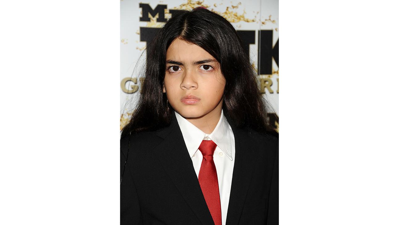bigi jackson zoon van michael jackson met een rode stropdas