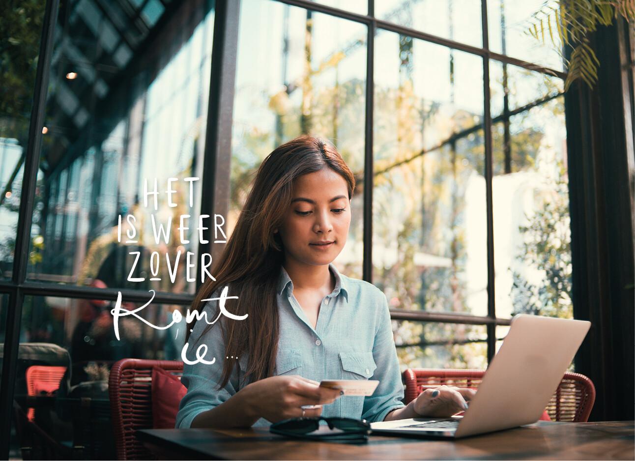 vrouw online winkelen achter haar laptop