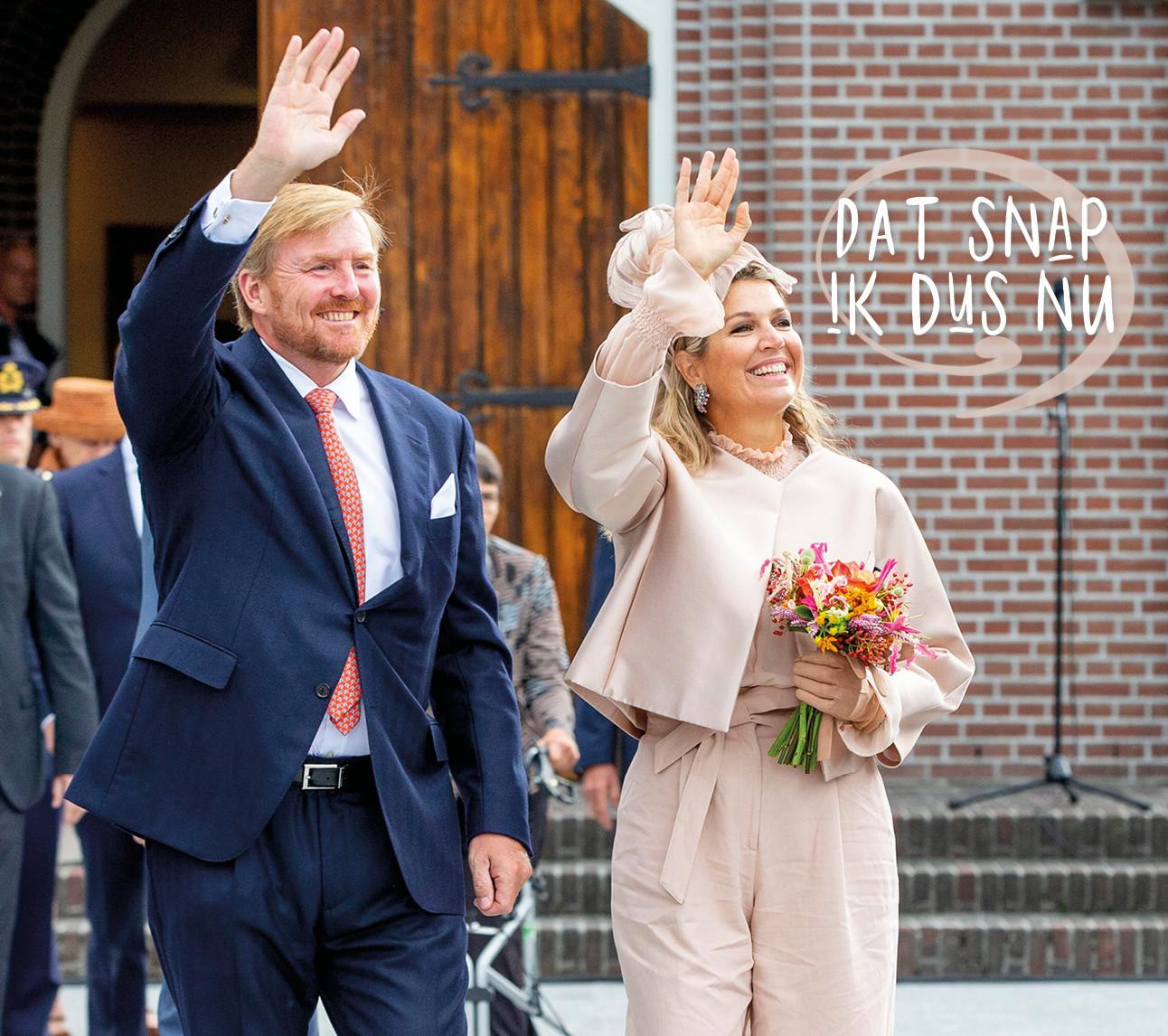 Willem Alexander en Maxima lachend op straat met boeket in haar handen