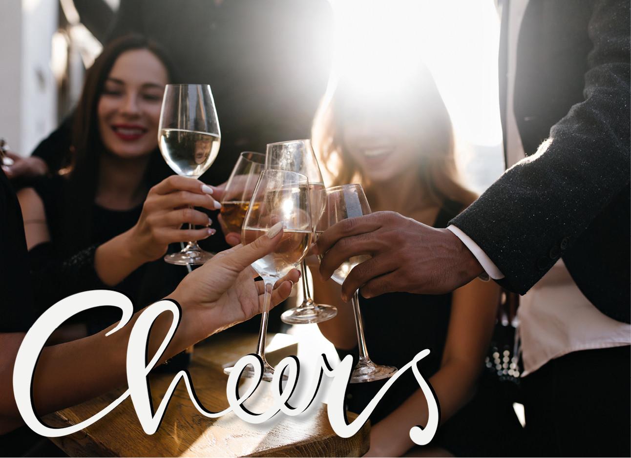 een groep mensen die samen cheersen met glazen wijn