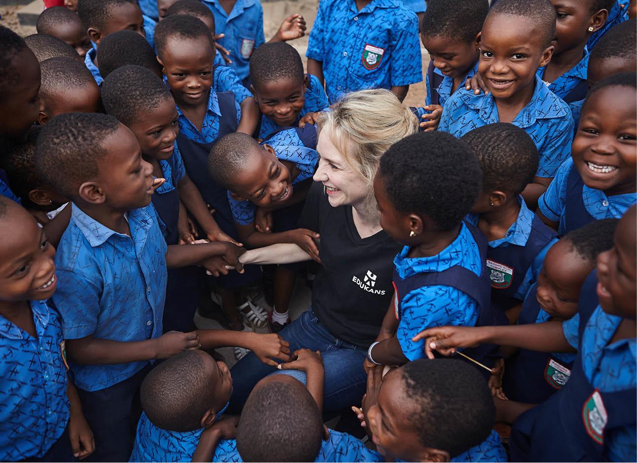 Bracha lachend tussen allemaal vrolijke kinderen