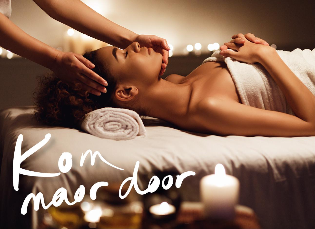 een vrouw die een massage krijgt in een salon