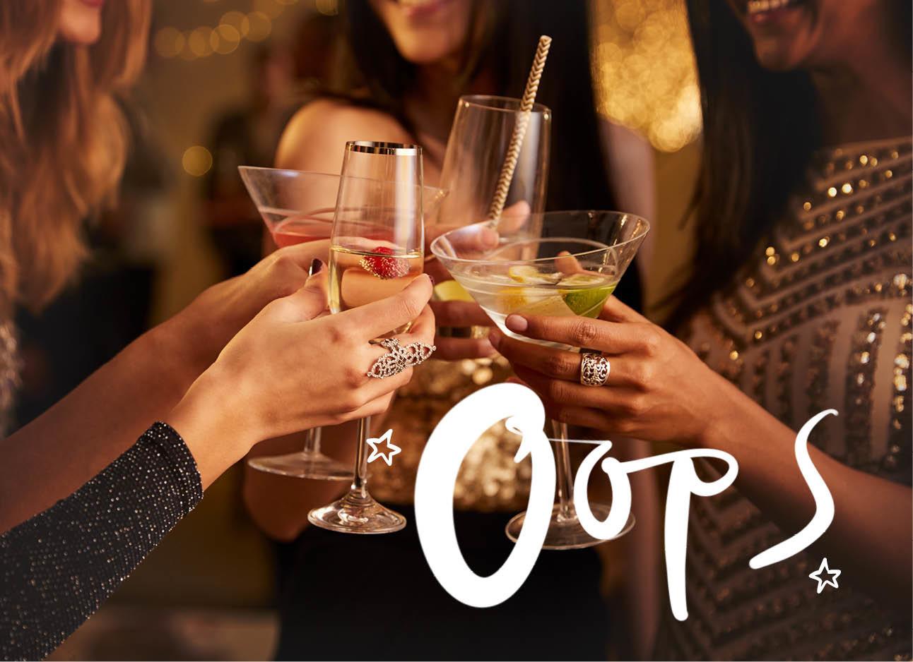 Op de foto staan meiden met glazen drank in hun handen op een feestje