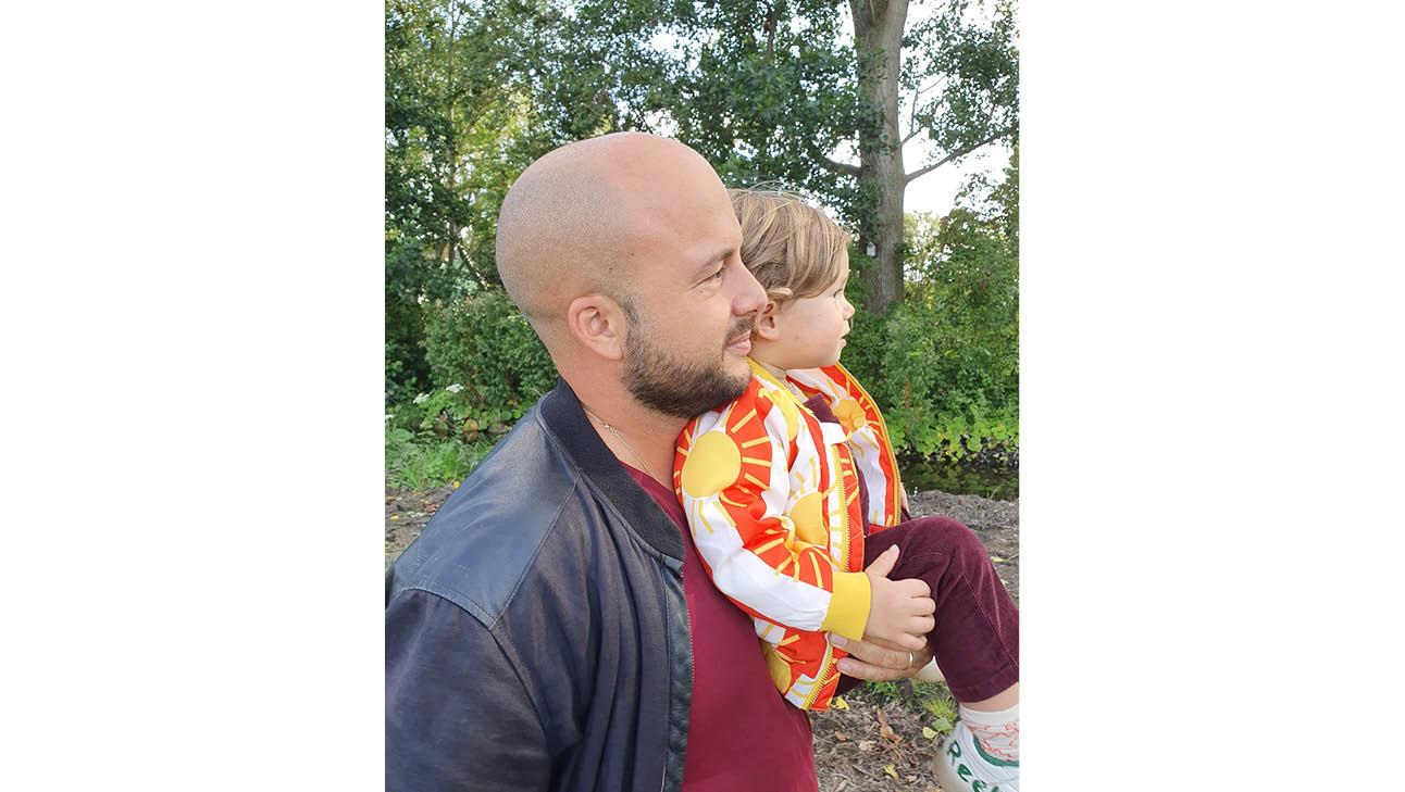 De man van carolien samen met haar kind, op de achtergrond is een bos te zien