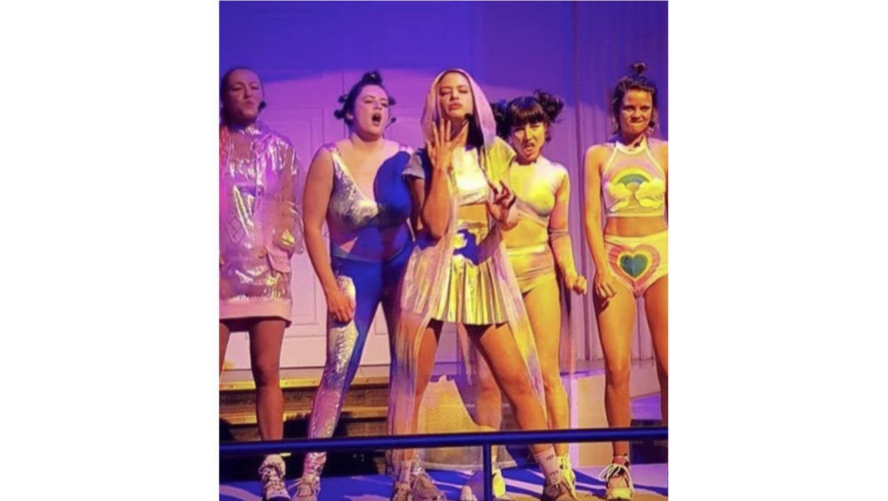 op de foto staat een groep meiden die aan het optreden is