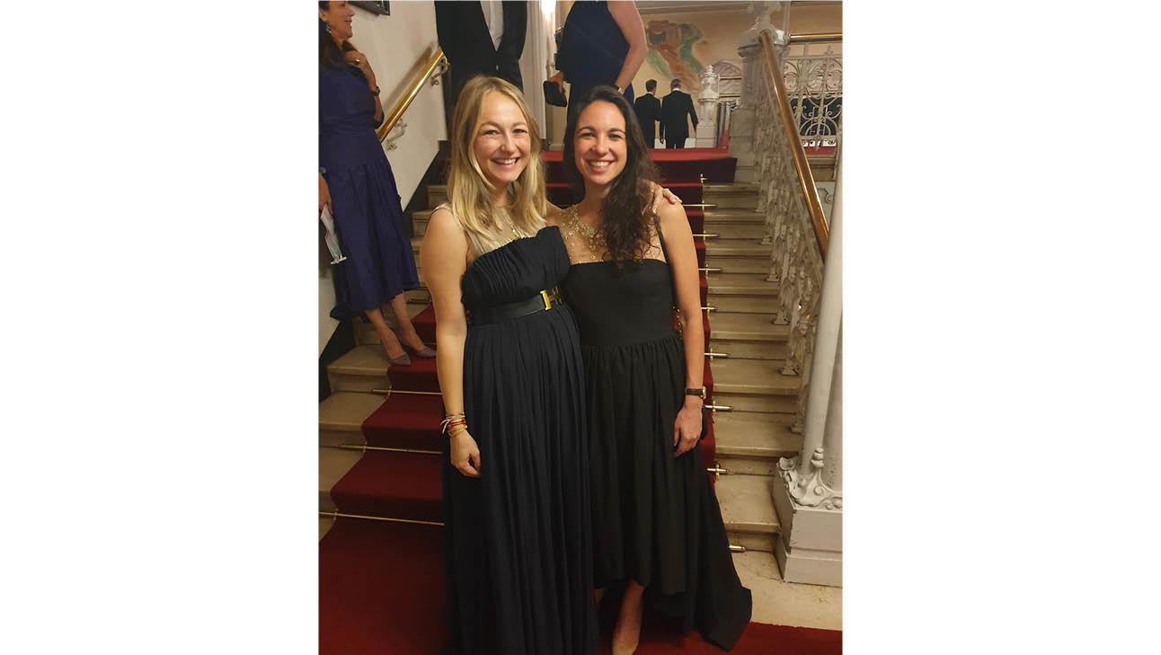 carolien in een lange zwarte jurk