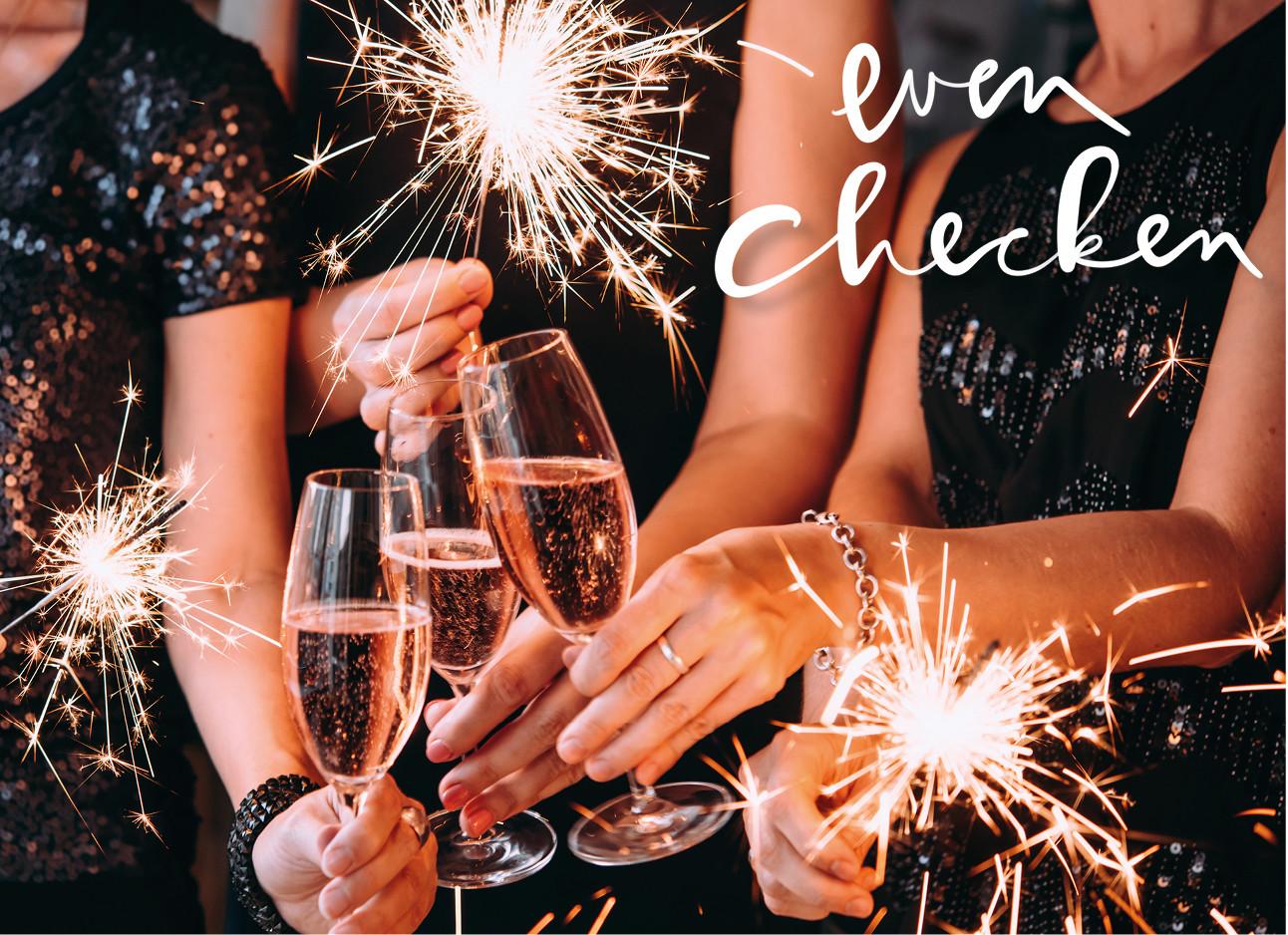 een groep meiden die aan het proosten zijn met champagne