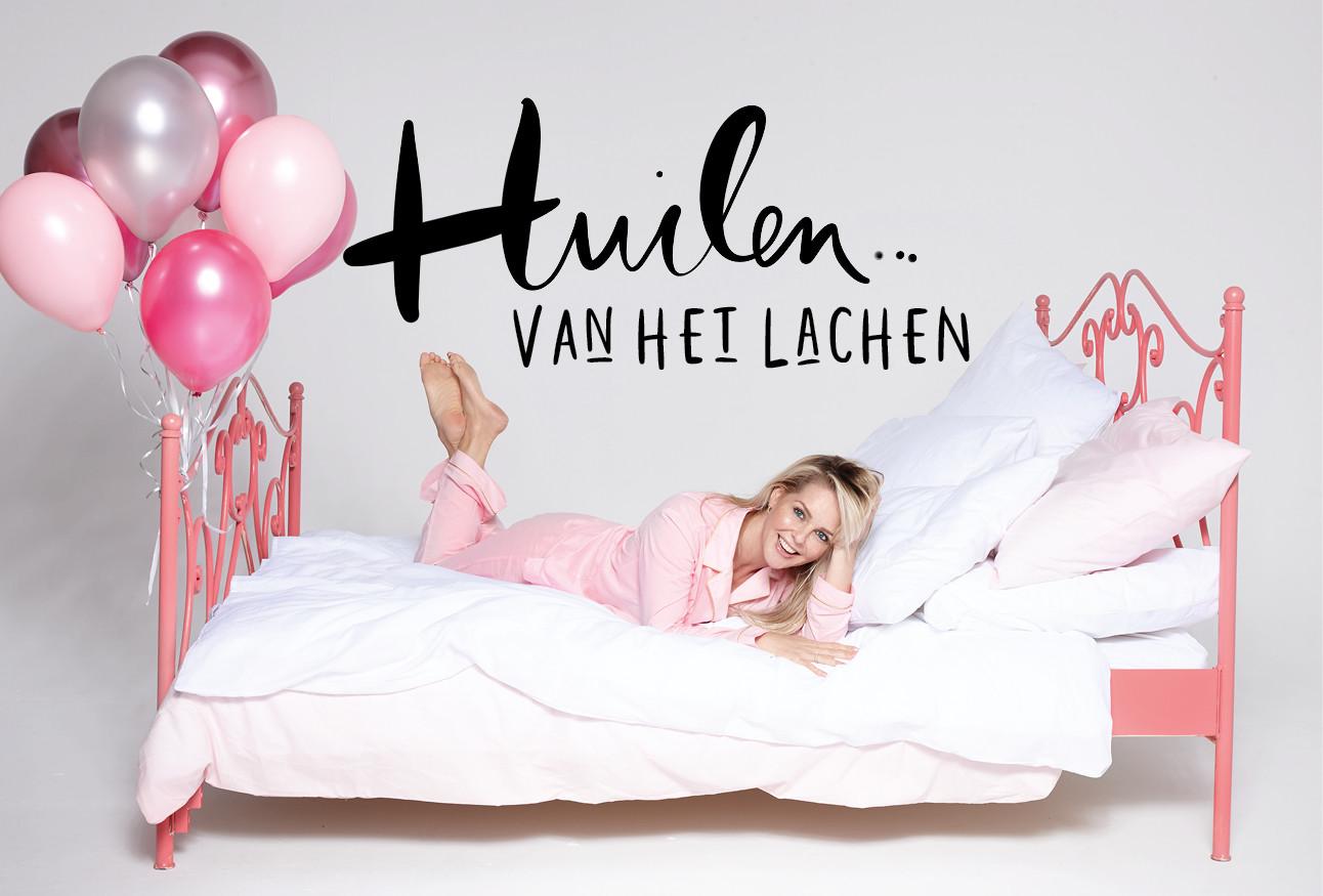 Chantal janzen die in bed ligt in ene roze pyjama