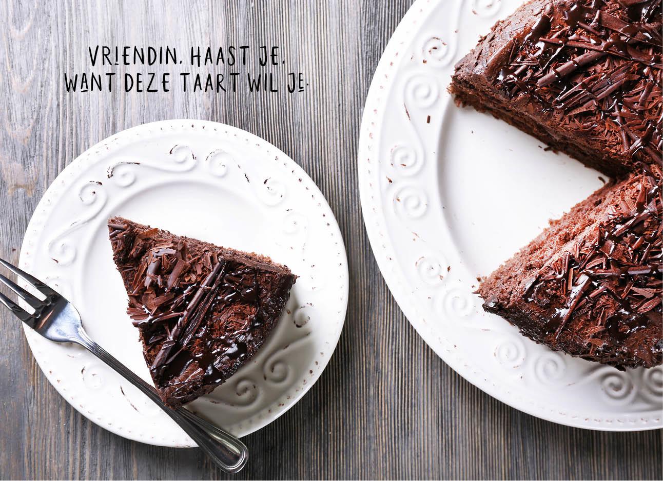 chocolade taart op een wit bordje in stukken