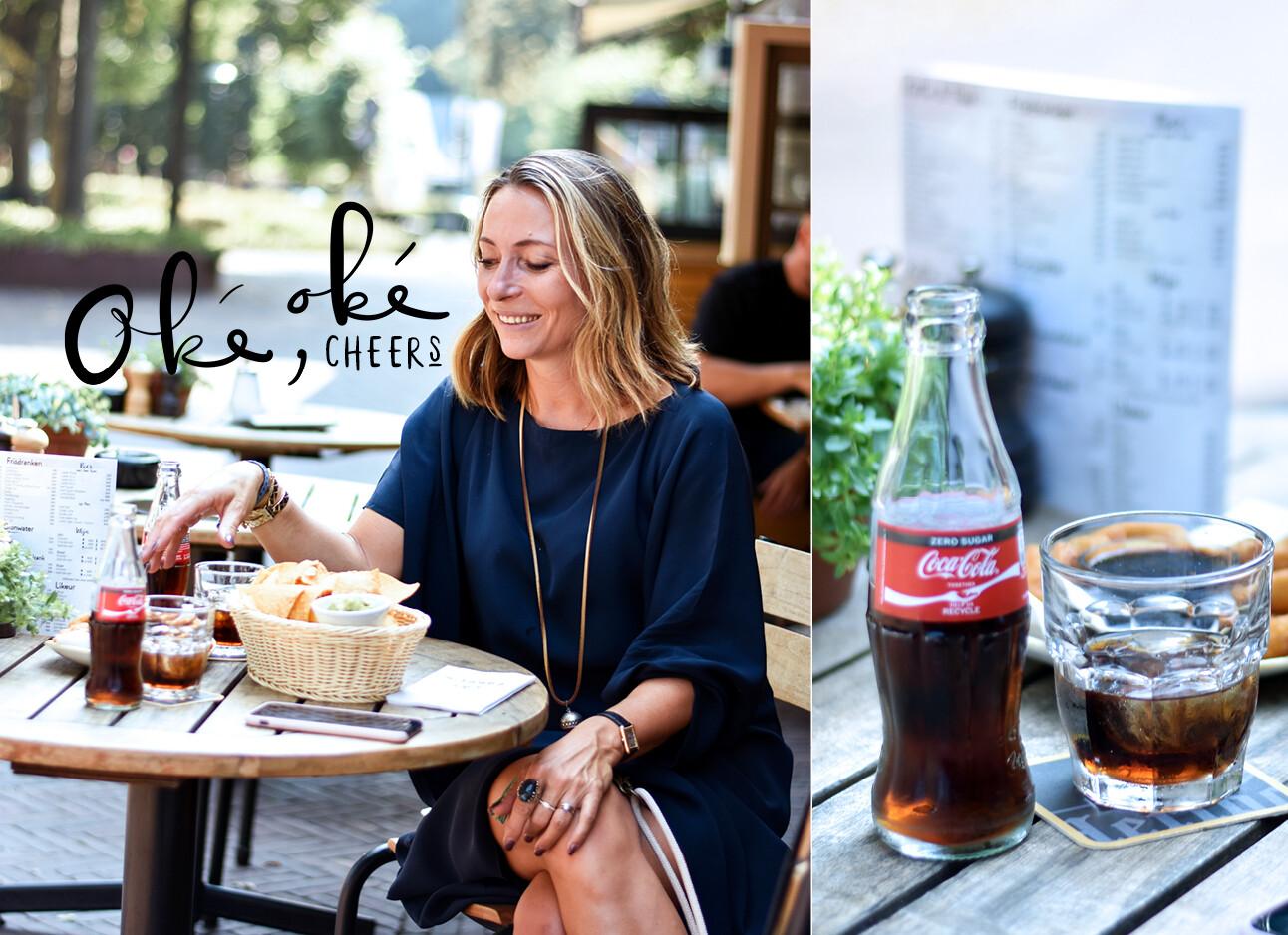 may drinkt cola op een terras