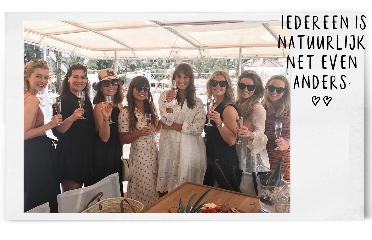 het hele amayzine team met witte jurkjes aan en zwarte jurkjes, ze dragen allemaal een zonnebril