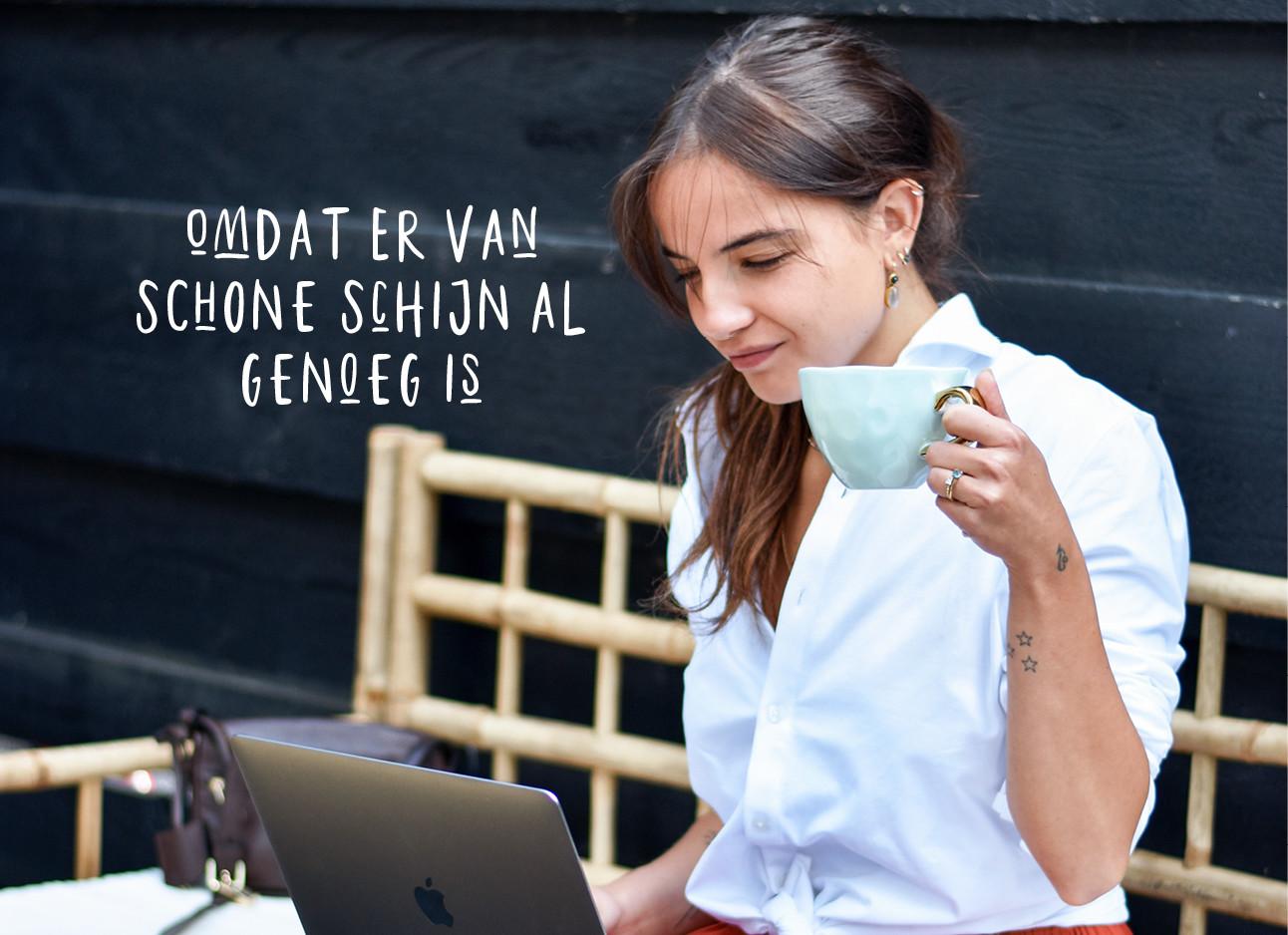 tess die aan het werk is op haar laptop en een kopje koffie drinkt