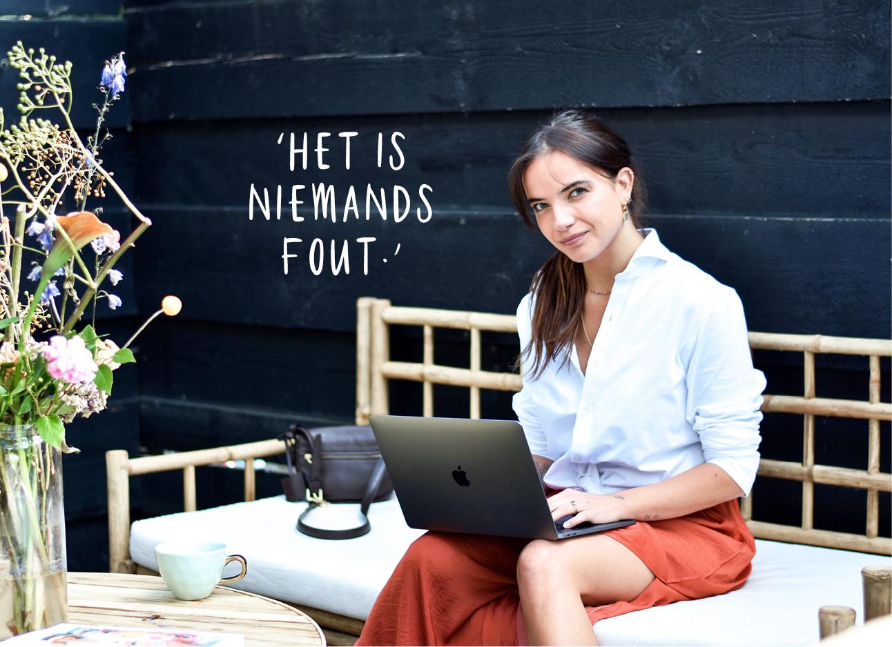 tessa die op de bank zit met haar laptop en deze kant op kijkt