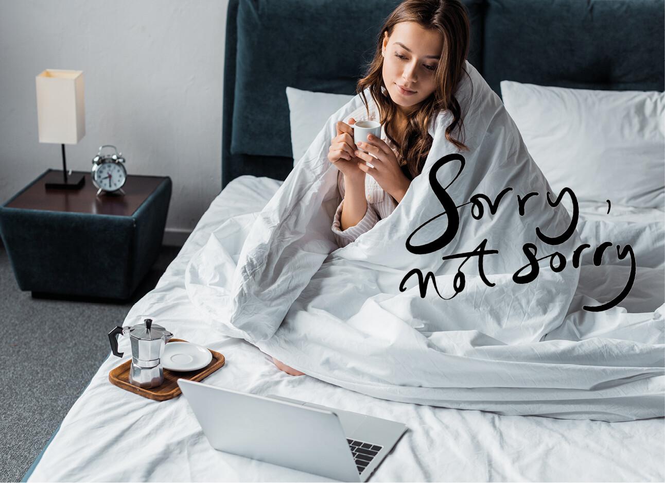 vrouw ziek in bed met laptop