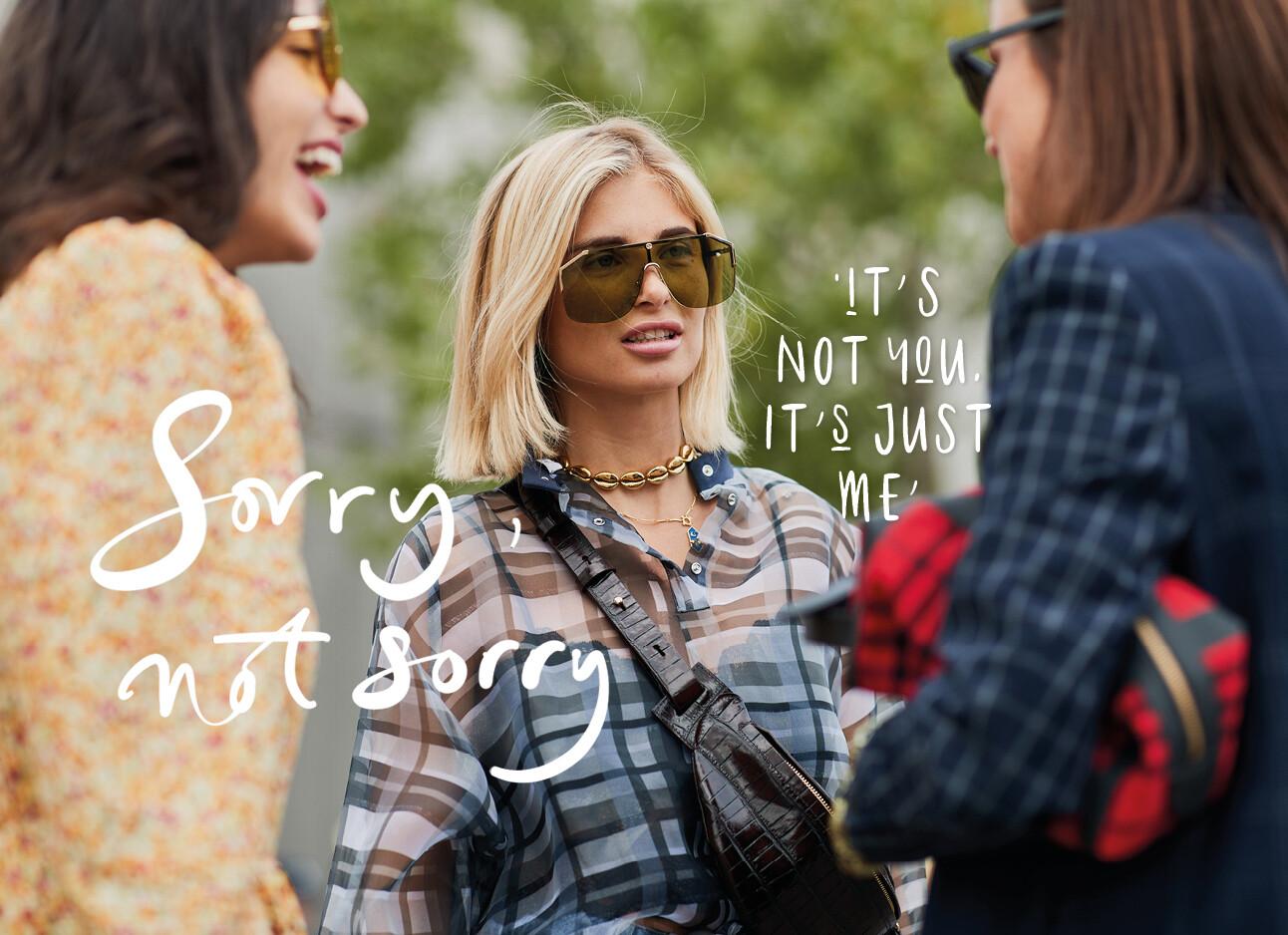 vrouw praat met haar vriendinnen op straat