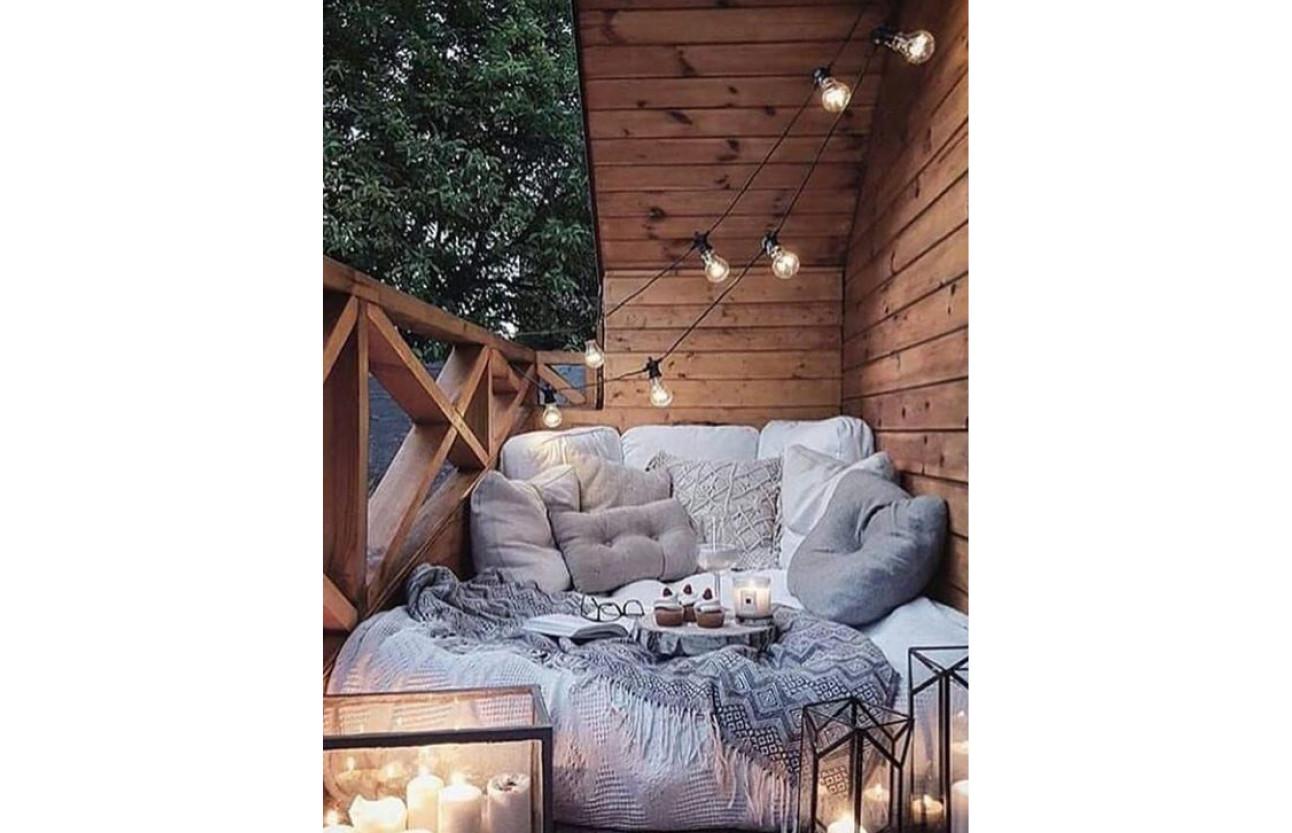 een hoop lakesn en kussens in een houten blokhut