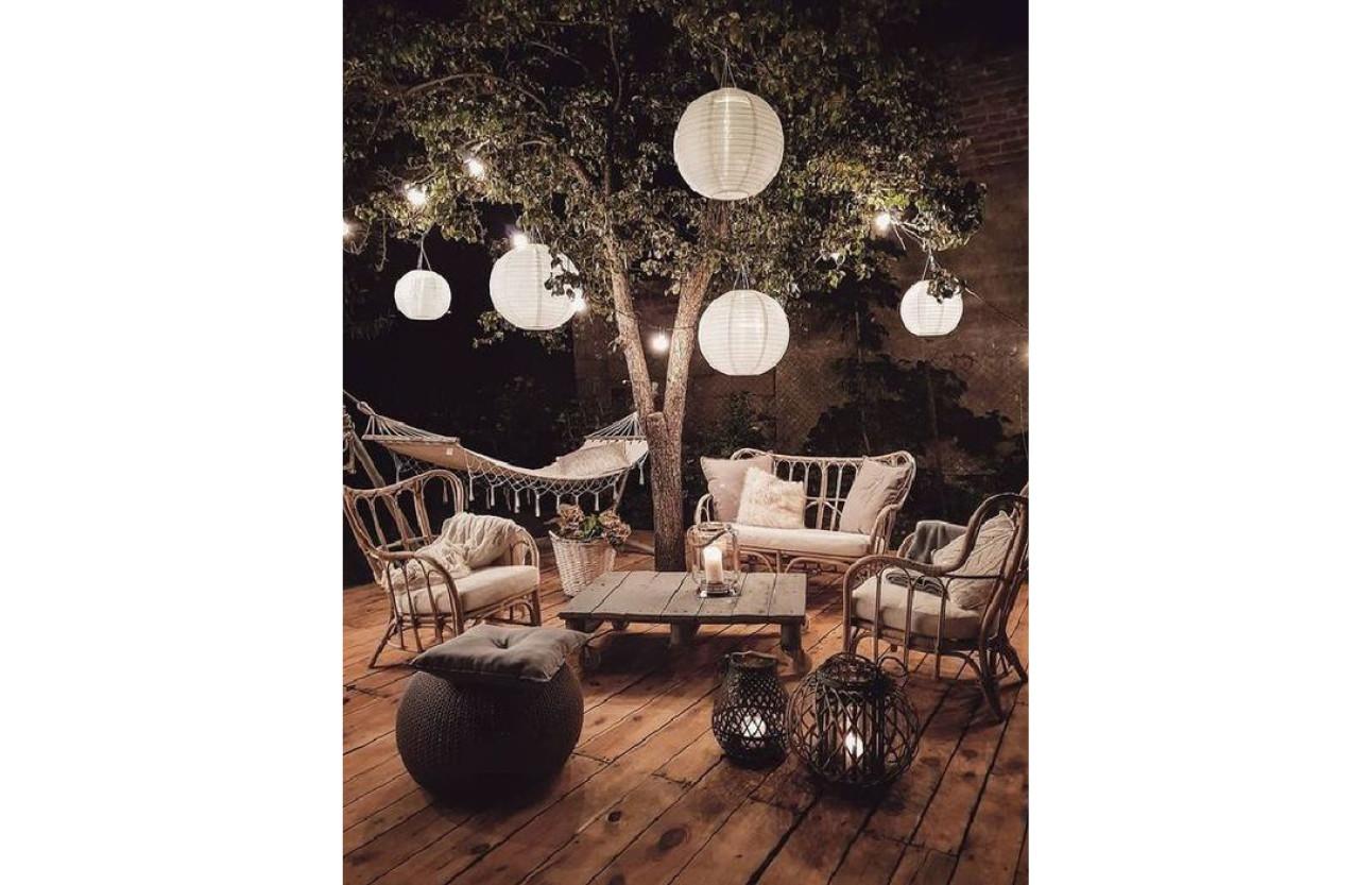 bruine stoelen met witte kussentjes