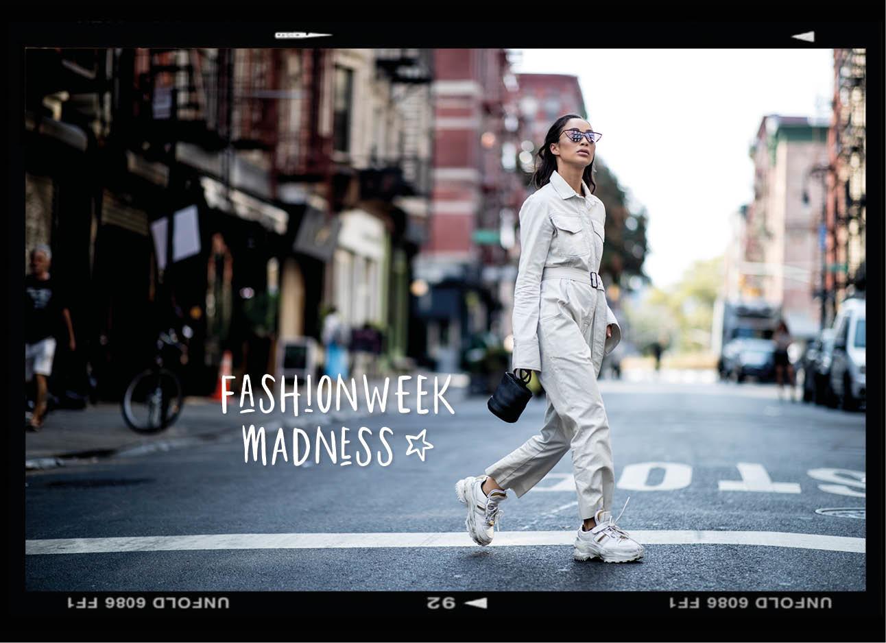 Een meisje dat in new york de straat over steekt