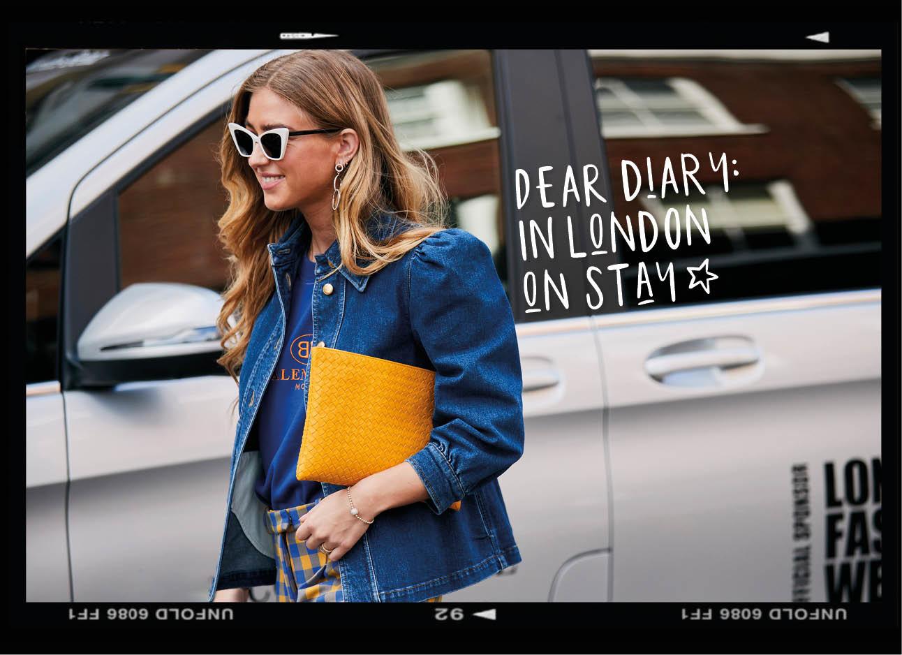 vrouw lopend buiten bij fashion week met spijkerjasje aan gele tas en grote zonnebril