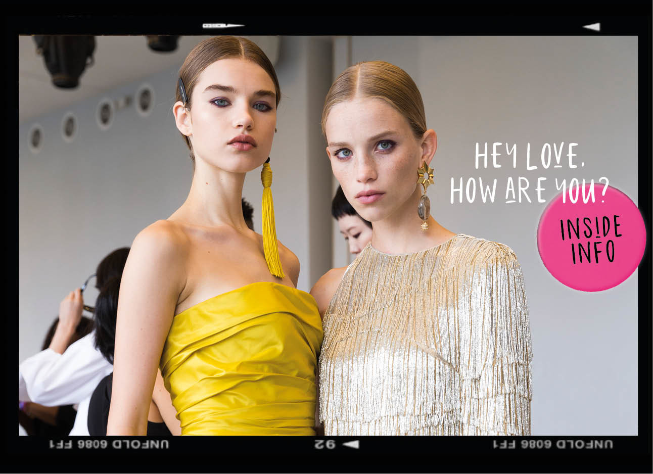 dagboek van een model twee modellen kijkend naar de camera backstage